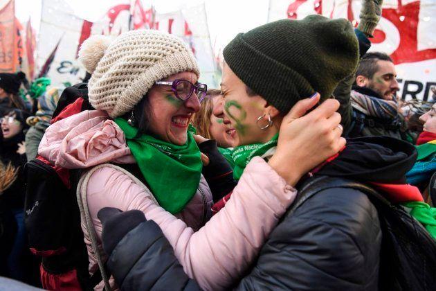 Dos mujeres celebran la legalización del aborto en