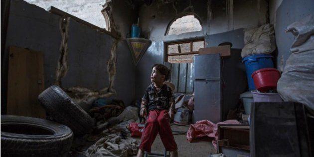 Un niño contempla lo que queda de su casa tras un bombardeo en Faj Attan, en