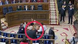 Así escupe (supuestamente) a Borrell un diputado de