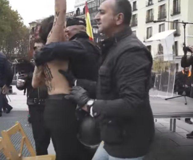 El líder de la Falange manoseó las tetas a una activista de