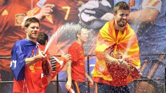 Xabi Alonso y Piqué, en la celebración del Mundial ganado por España en