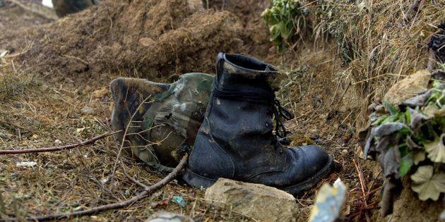 Cascos y botas pertenecientes a los militares muertos, sobre la montaña turca en que se