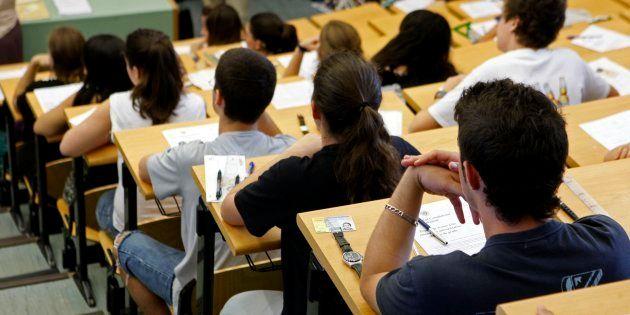 Un grupo de estudiantes, a punto de iniciar un examen de selectividad, en una imagen de