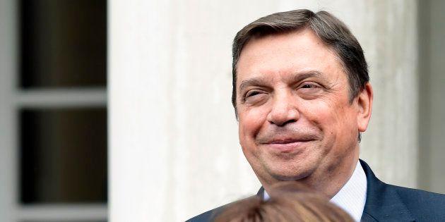 Luis Planas posa en las escaleras de La Moncloa el pasado 8 de junio, día del primer Consejo de Ministros...