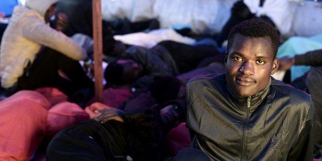 Uno de los migrantes que viajan en el 'Aquarius', retratado el 13 de junio camino de