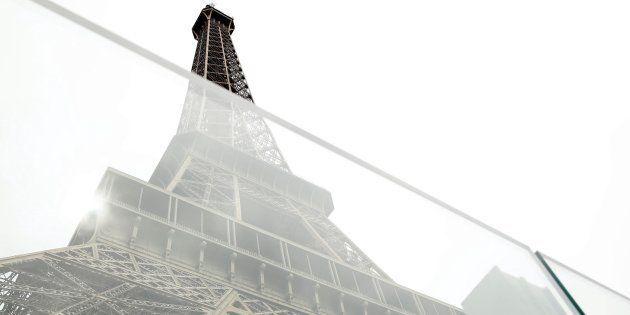 Nueva pared de vidrio a prueba de balas ante la Torre Eiffel