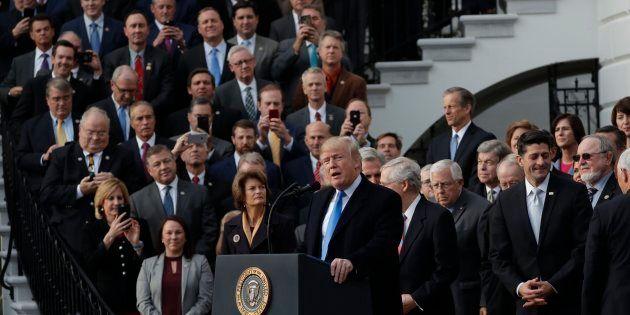 El presidente de EEUU, Donald Trump, celebrando en la Casa Blanca con los congresistas republicanos la...