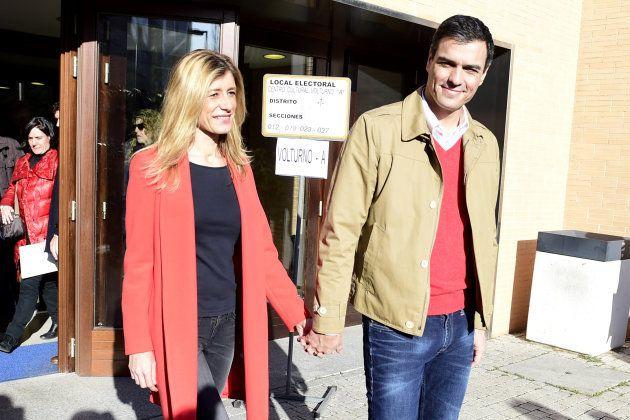 Pedro Sánchez y su esposa Begoña Fernández salen del centro cultural Volturno de Pozuelo de Alarcón tras...