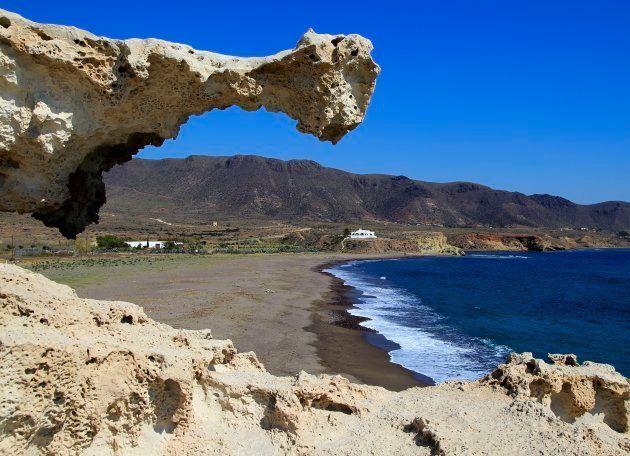 Playa de Los Escullos en el parque natural de Cabo de