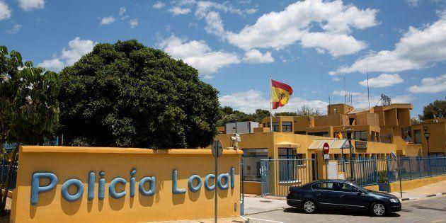 Vista exterior de la comisaría de la Policía Local de Estepona, a la que pertenecen los agentes