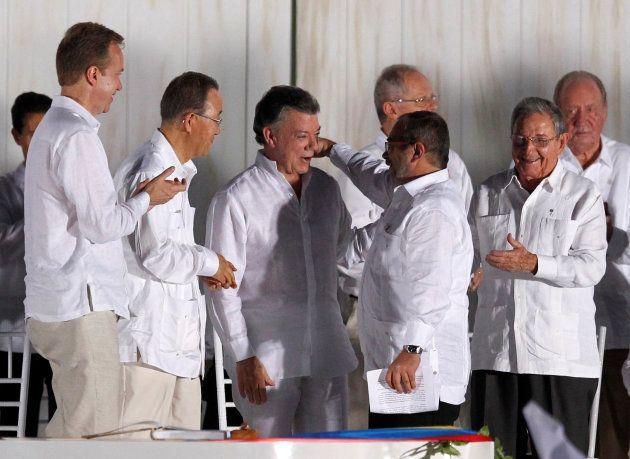 El presidente Juan Manuel Santos y Rodrigo Londoño, líder de las FARC, pactando la