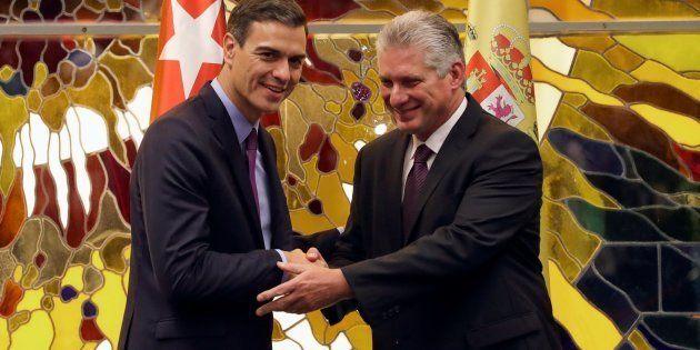 El presidente del Gobierno, Pedro Sánchez, y el presidente de Cuba, Miguel Díaz Canel, se saludan durante...