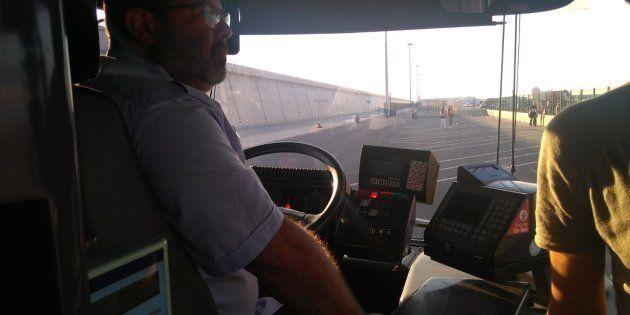 Conductores de autobús, traductores, socorristas... Los héroes en la sombra del