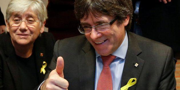 Carles Puigdemont hace un gesto de triunfo mientras comparte con su equipo el escrutinio de los votos...
