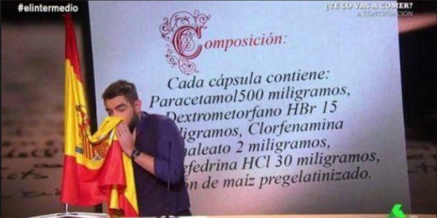 Dani Mateo, sonándose con la bandera de España en 'El