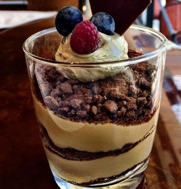 Tiramisú de café con brownie de chocolate y caramelo de