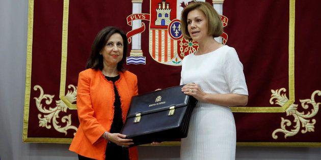 Margarita Robles recibe de manos de su antecesora, María Dolores de Cospedal, la cartera de ministra...