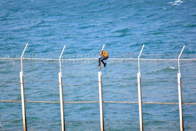 Un subsahariano se desvanece tras seis horas subido a la valla de Ceuta. Esta persona finalmente fue...