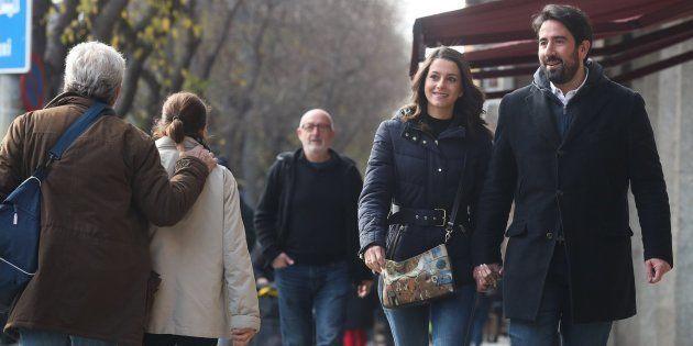 La cabeza de lista de Ciudadanos, Inés Arrimadas, junto a su marido, Xavier Cima, pasea por el barrio...
