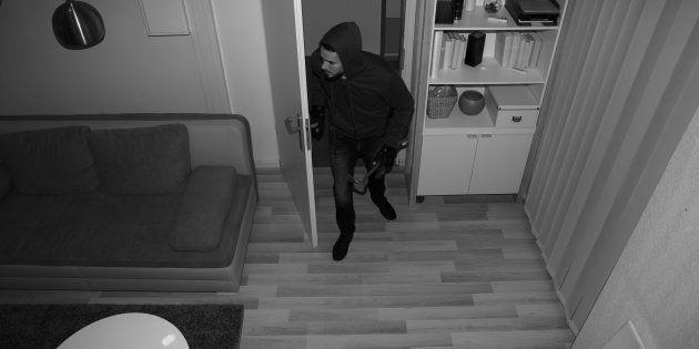 Un menor sorprende a un ladrón en su casa, le riñe y lo acompaña hasta la