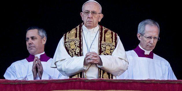 El papa Francisco ruega por los niños