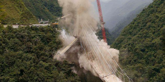 Foto de archivo de julio de 2018 en la que se ve la demolición del puente que cinco meses antes se había...
