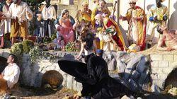 Una activista de Femen intenta llevarse al Niño Jesús del belén del Vaticano al grito de