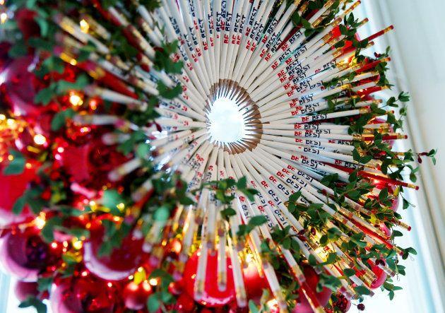 Corona navideña hecha con lápices en la decoración de este año en la Casa