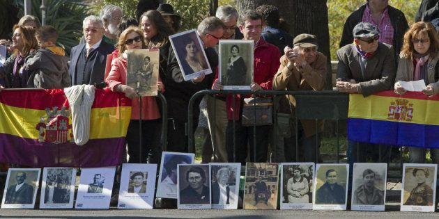 Manifestantes por la memoria histórica concentrados ante el Teatro de la Maestranza de Sevilla, en el...