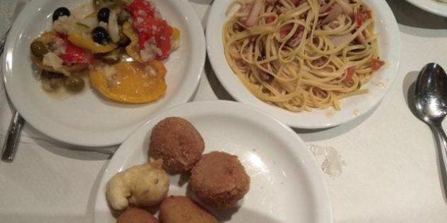 Croquetas, espaguetis, algún mejillón y ensalada, el menú navideño servido a los policías desplazados...