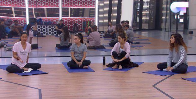 Xuan (a la izquierda), durante una clase de yoga con los jóvenes de OT