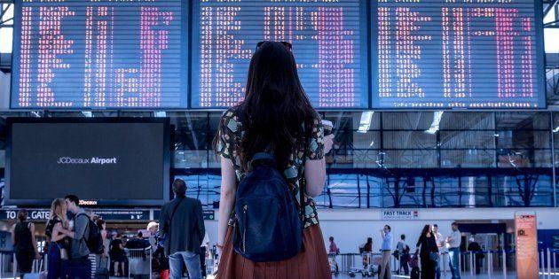 Una azafata sorprende a los pasajeros de un vuelo con
