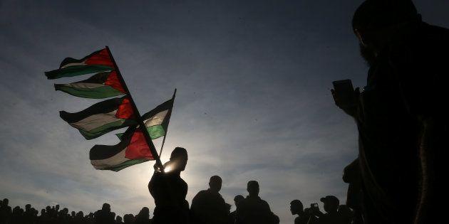 Un grupo de manifestantes palestinos, en la frontera entre Gaza e Israel, el pasado 5 de