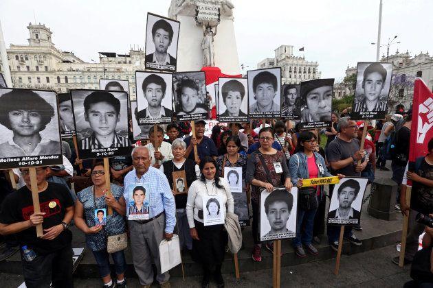 Familiares de víctimas de Fujimori, protestando contra el indulto en
