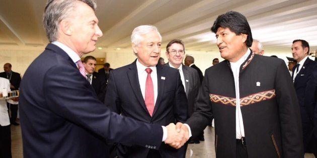 El presidente de Bolivia, Evo Morales (d), se reúne con el de Argentina, Mauricio Macri (i), y con el...