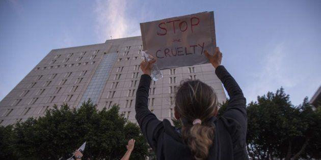 Los Ángeles, California, manifestantes en contra de la separación de los niños inmigrantes de sus