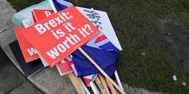 Pancartas de manifestantes anti-Brexit, a las puertas del Parlamento británico, en