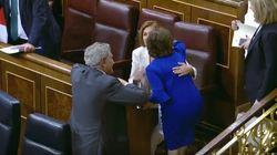 Así fue el beso entre Cospedal y Santamaría tras presentar sus
