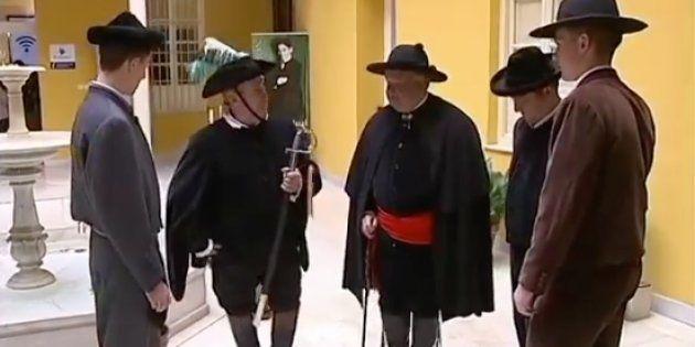 El alcalde, el pregonero y el recaudador de la fiesta de Lecrín, junto a varios mozos, durante la