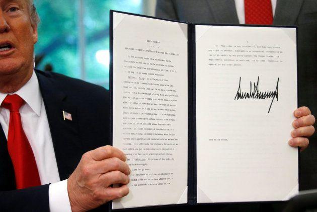 El presidente de EEUU, Donald Trump, firma la orden ejecutiva sobre
