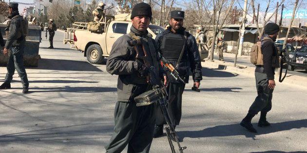 Policías afganos desplegados en las inmediaciones del lugar