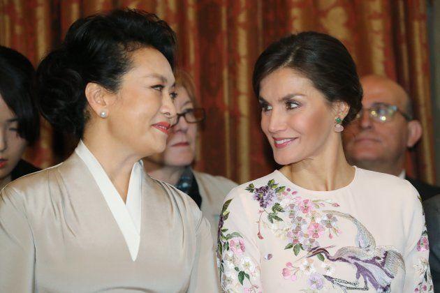 Los dos guiños de la reina Letizia a su invitada china, Peng