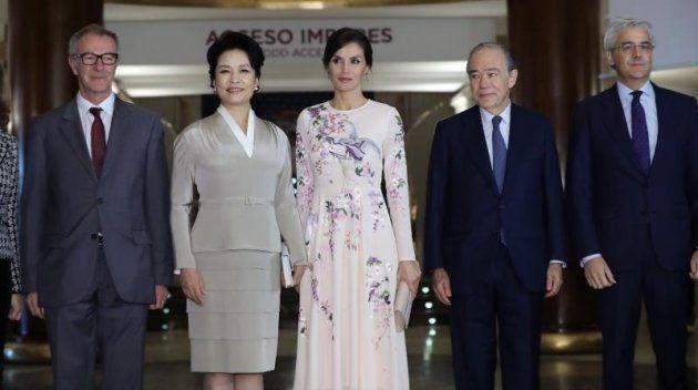 (De izq. a dcha.) El ministro de Cultura José Guirao, la primera dama china Peng Liyuan, la reina