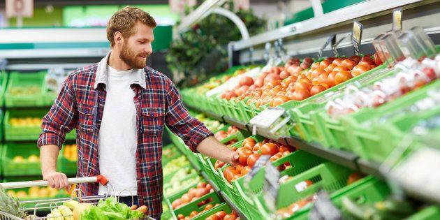 Un cliente compra frutas en un
