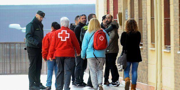 Policías locales, guardias civiles y psicólogos de la Cruz Roja en el domicilio en el que ha tenido lugar...