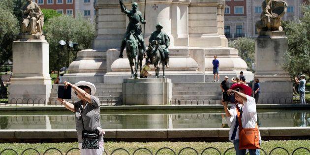 Turistas se hacen selfis en la Plaza de España, Madrid, en