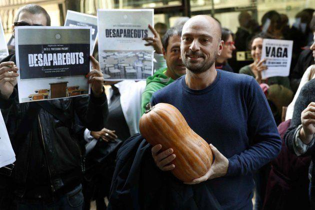 Representantes sindicales se disponen a entregar una calabaza en señal de suspenso en la Oficina de Acceso...