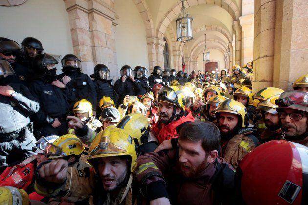 Bomberos se concentran ante el Parlament para exigir mejoras
