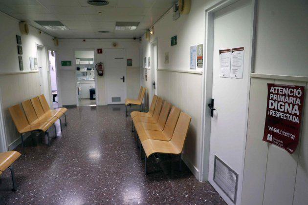 Una de las salas de espera del CAP del barrio de Sta Eulàlia de L'Hospitalet vacía en la primera jornada...