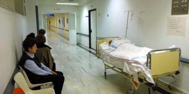 Se dan cuenta de que una mujer ha fallecido tras llevar doce horas esperando en el Hospital de